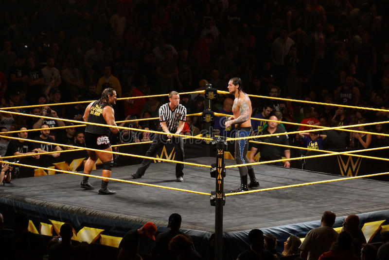 Le superstar Rhyno de WWE NXT regarde à travers l'anneau le lutteur Baron Corb photographie stock libre de droits