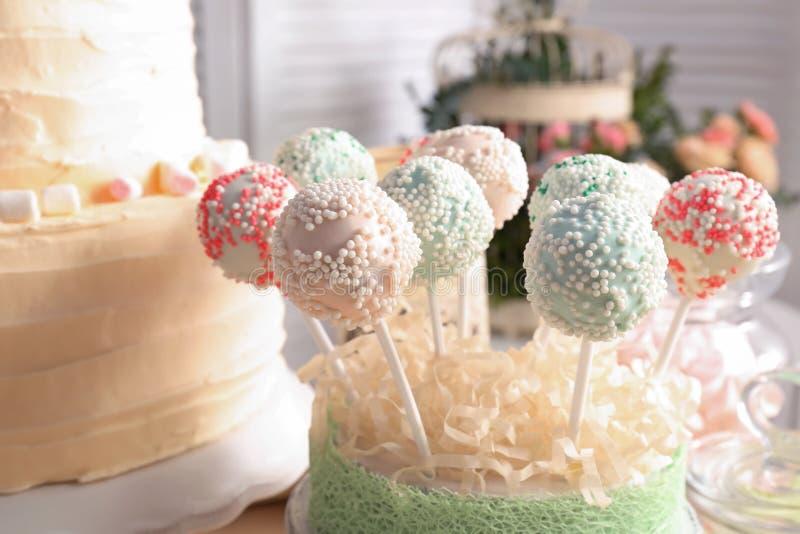 Le support avec le gâteau savoureux saute sur la table préparée images stock