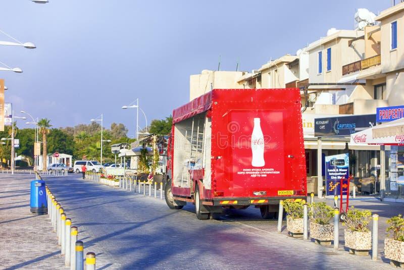 Le support de camion de livraison de Coca-Cola près du détaillant fait des emplettes sur le streptocoque de Paphos image stock