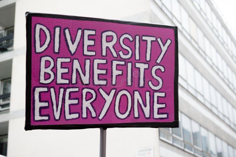 Le support jusqu'à la marche de racisme par Londres centrale image stock