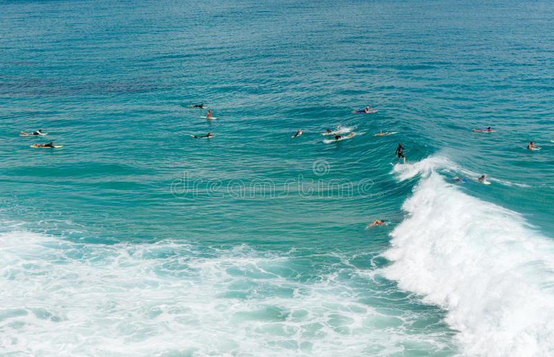 Le surfer attrape une vague en Byron Bay image stock