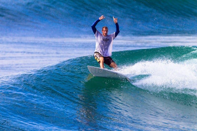 Le surfer célèbre la sortie de conduite d'onde photo libre de droits