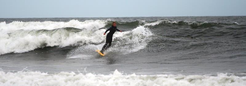 Le Surfer De Fille Conduit Les Ondes Images stock