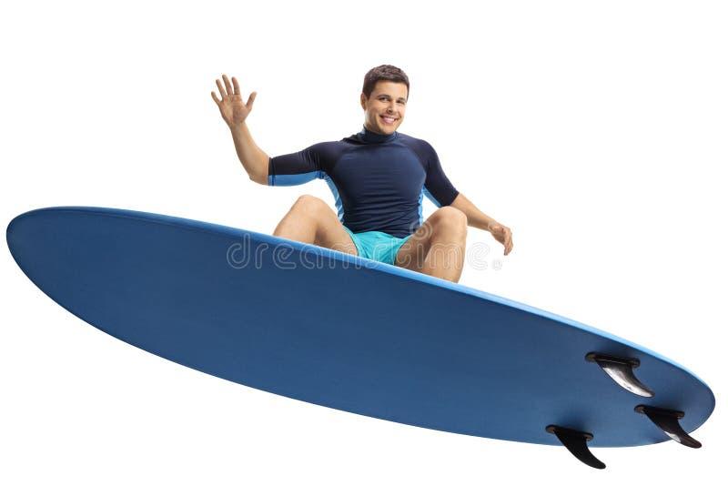 Le surfer sautant avec une planche de surf image libre de droits