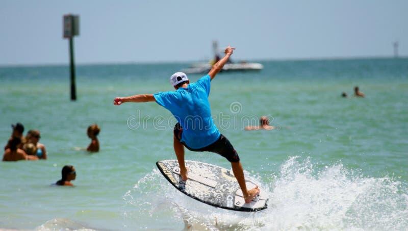 Le surfer sautent photos stock