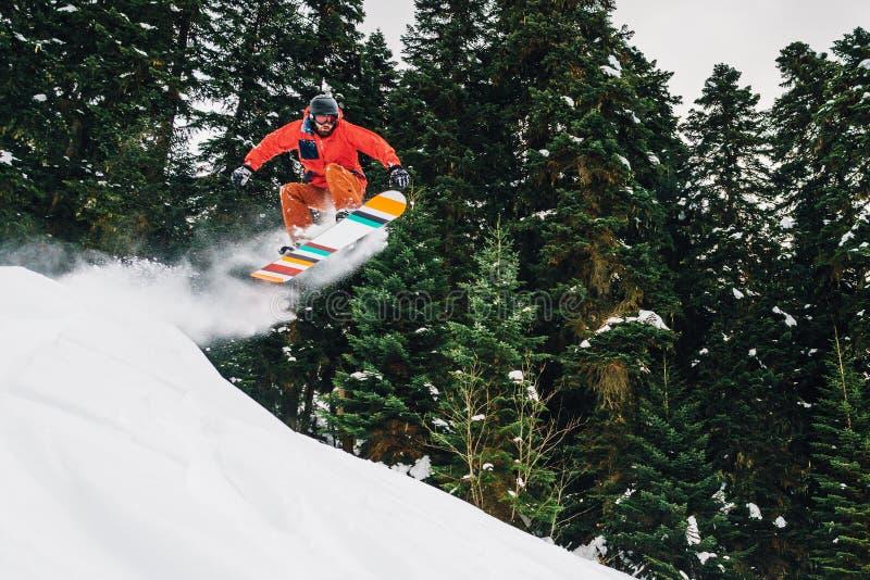 Le surfeur avec l'équipement spécial saute la taille et freeriding images libres de droits