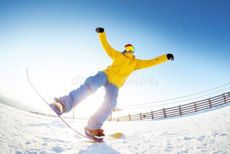 Le surfeur ayant l'amusement saute la station de sports d'hiver images stock