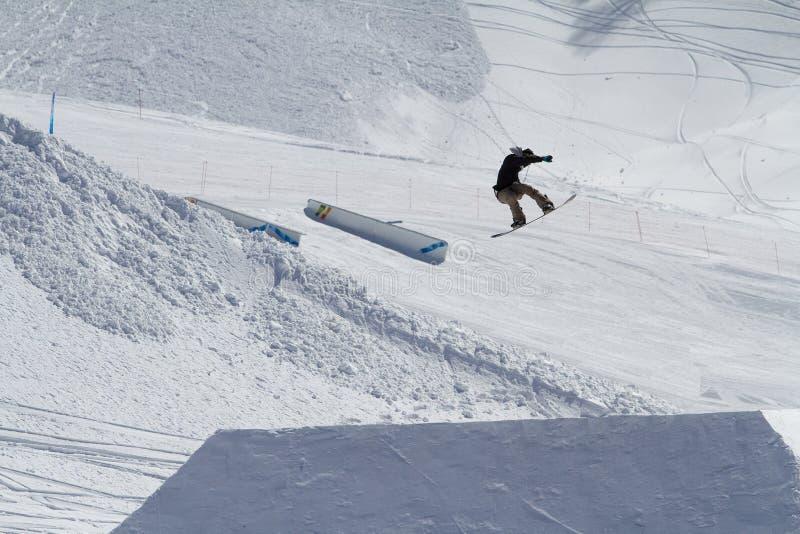 Le surfeur saute en parc de neige, station de sports d'hiver image libre de droits