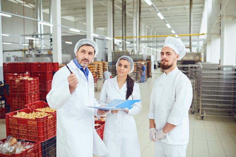 Le surveillant de production fait l'inspection à l'entrepôt photos stock