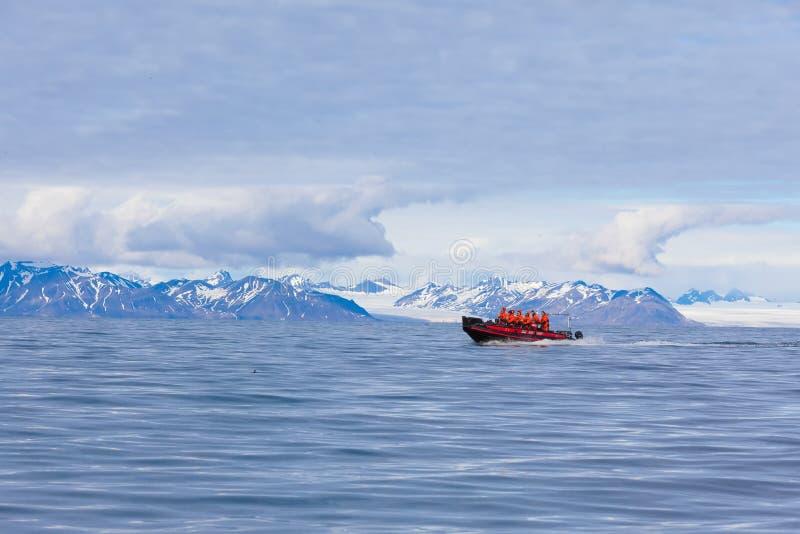 LE SVALBARD - LA NORVEGIA, 27 LUGLIO 2012: Isfjord nelle Svalbard in Spitsbergen norway Bella baia sui precedenti delle montagne  immagine stock libera da diritti