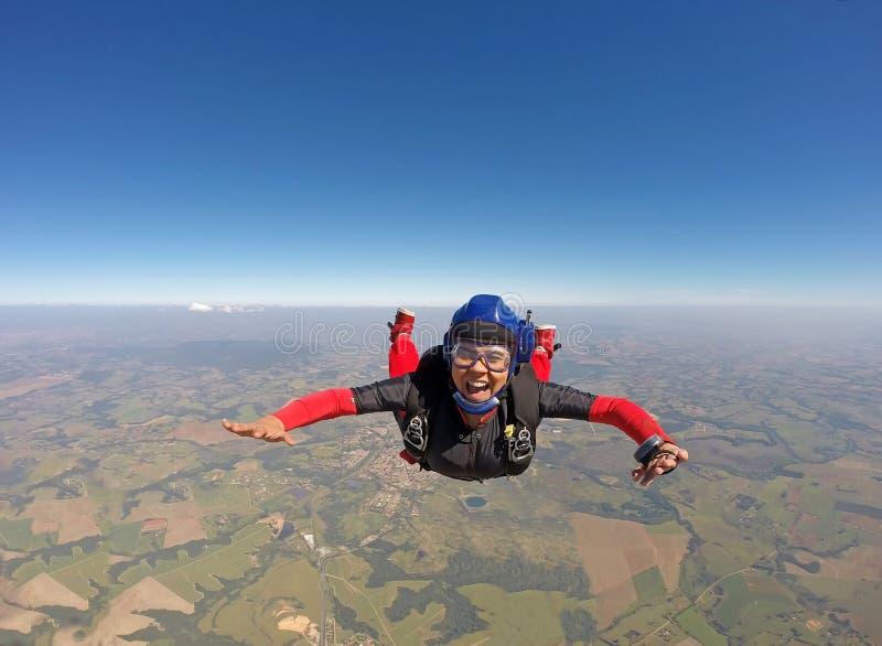 Le svart kvinnabanhoppning från hoppa fallskärm arkivbild