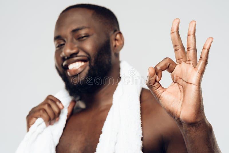 Le svarta mannen med den vita handduken royaltyfri bild