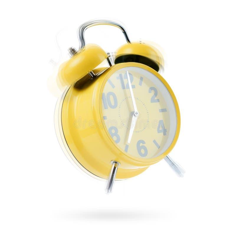 Le sveglie gialle molto fortemente di mattina, isolato su fondo bianco Tempo di svegliare fotografia stock libera da diritti