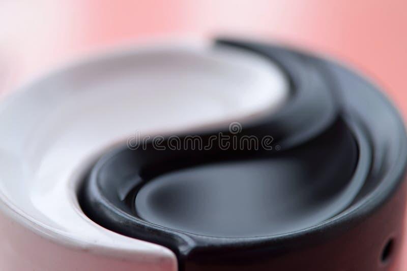 Le symbole de l'harmonie et de l'équilibre de Yin-Yang sur un fond coloré photos libres de droits
