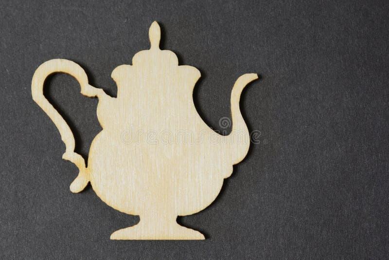 Le symbole de théière a fait d'un arbre sur un fond foncé avec la texture du carton photo libre de droits