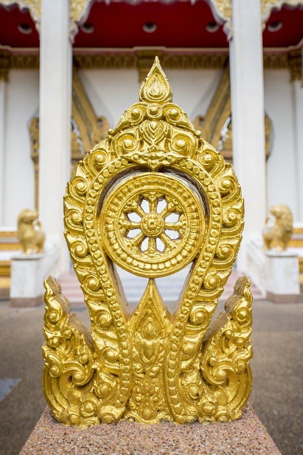 Le symbole de Thammachak d'or du bouddhisme photo stock