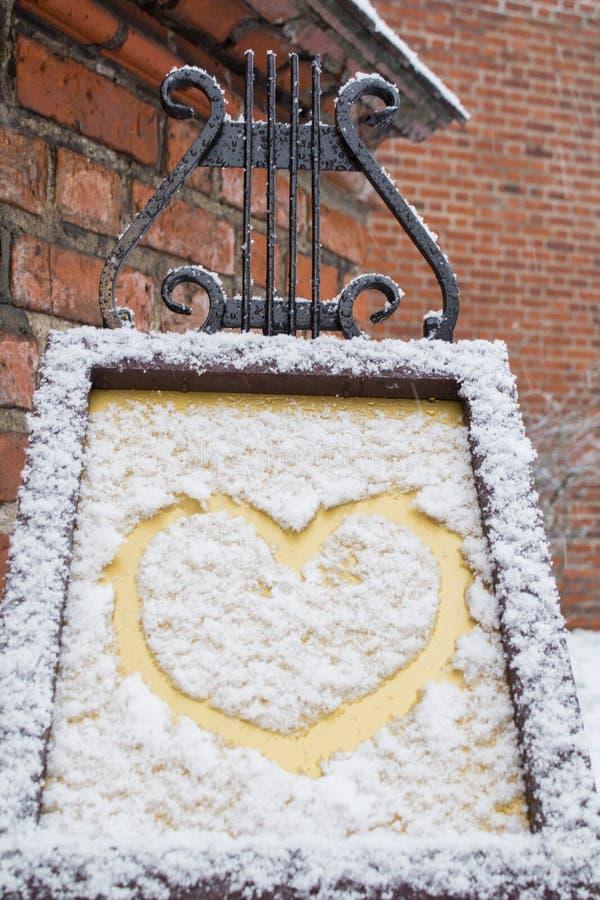 Le symbole du coeur, peint sur la neige blanche fraîche image stock