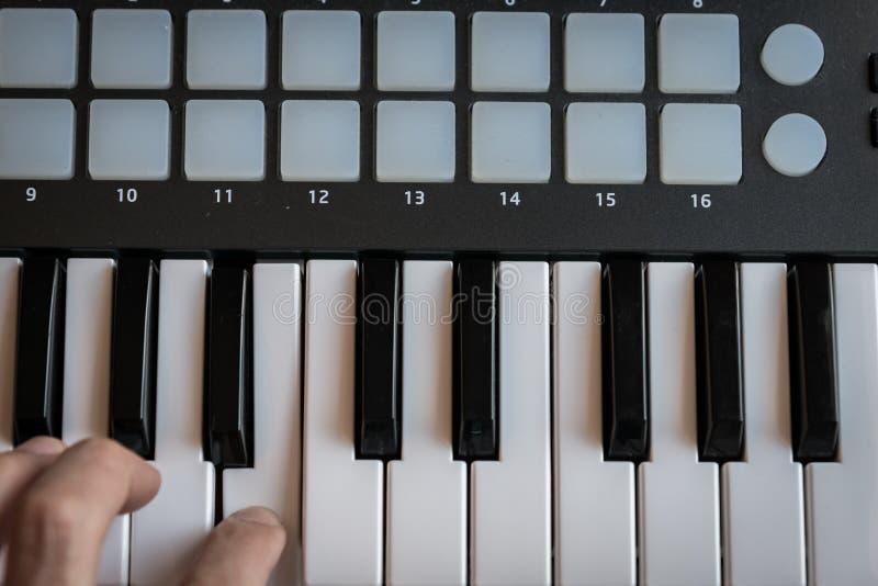 Le synthétiseur de clavier du MIDI verrouille le plan rapproché pour la musique électronique images libres de droits
