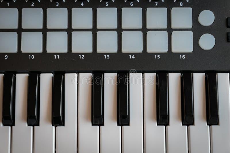 Le synthétiseur de clavier du MIDI verrouille le plan rapproché pour la musique électronique image libre de droits