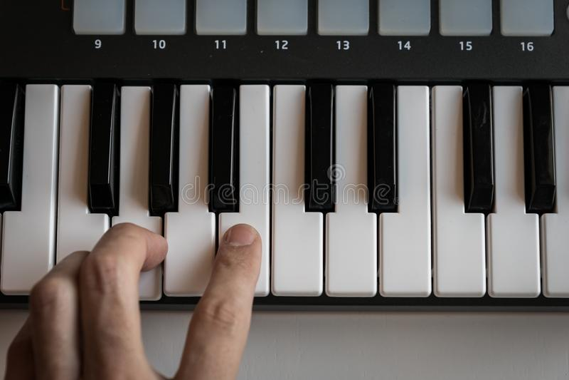 Le synthétiseur de clavier du MIDI verrouille le plan rapproché pour la musique électronique photo libre de droits