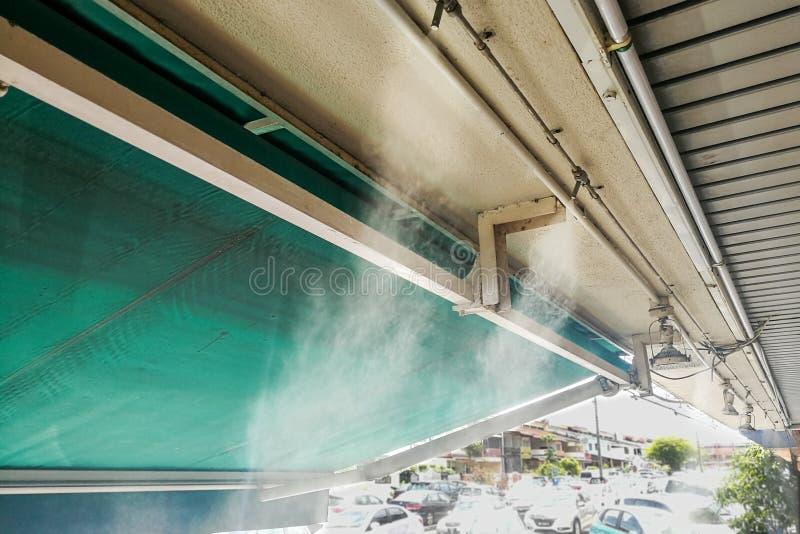 Le système de refroidissement de brume de l'eau sur le plafond abaisse le tem ambiant tropical photographie stock