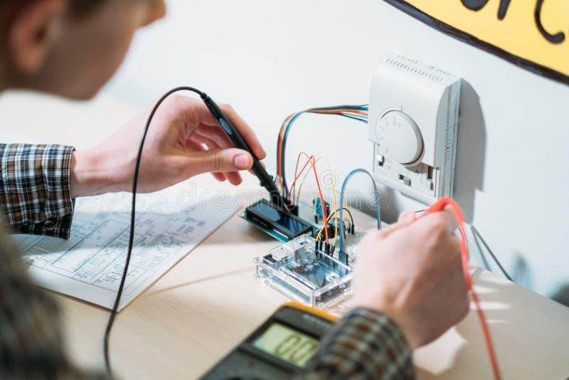 Le système domestique intelligent assemblent le composant électronique photos stock