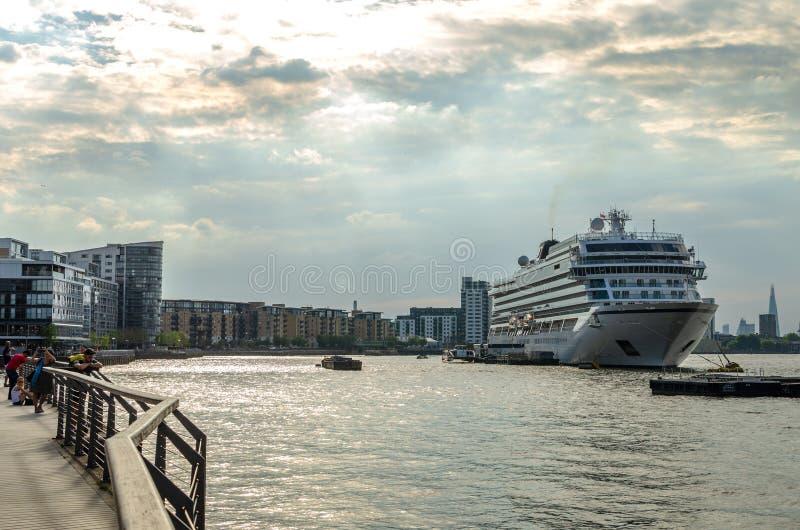 Le système mv Viking Sky s'est accouplé sur la Tamise à Londres images stock