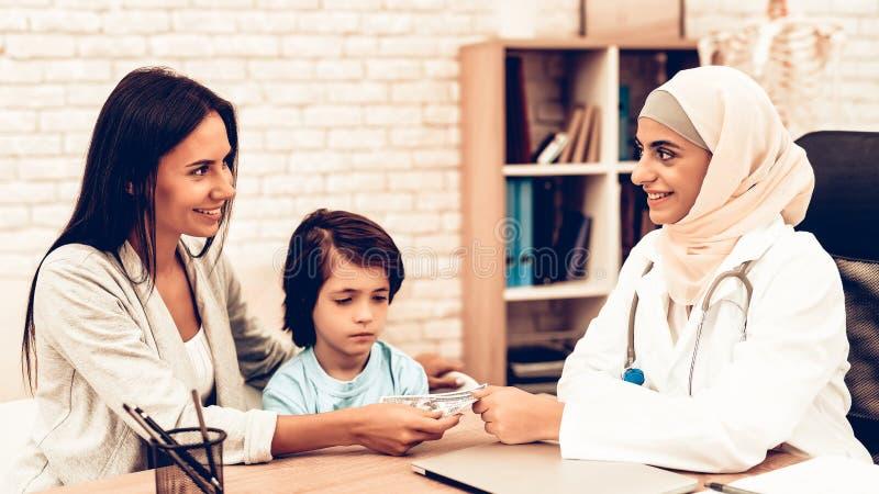 Le tålmodiga geende pengar till den arabiska doktorn arkivbild