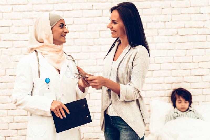 Le tålmodiga geende pengar till den arabiska doktorn royaltyfri bild