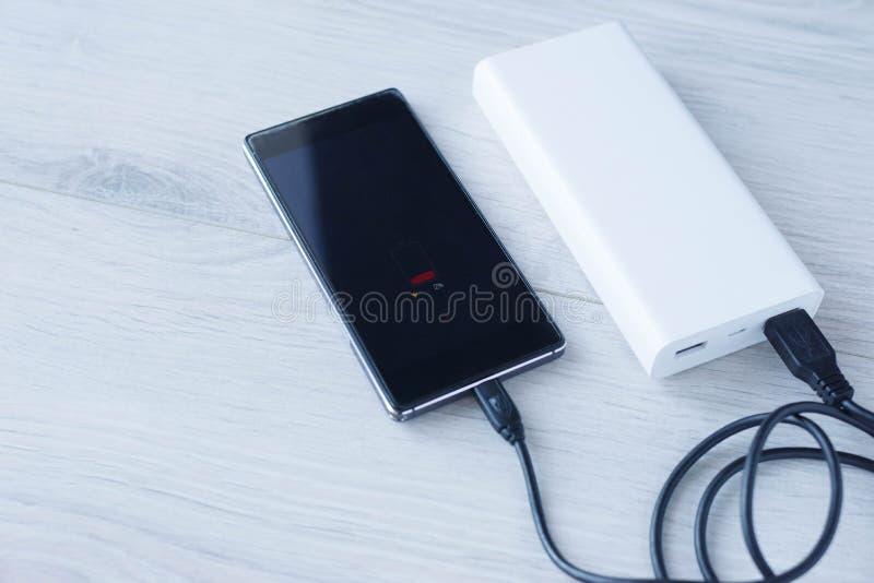 Le téléphone charge de la banque de puissance photos stock