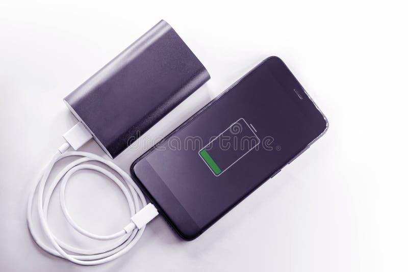 Le téléphone de Smartphone charge de la banque de puissance photos libres de droits