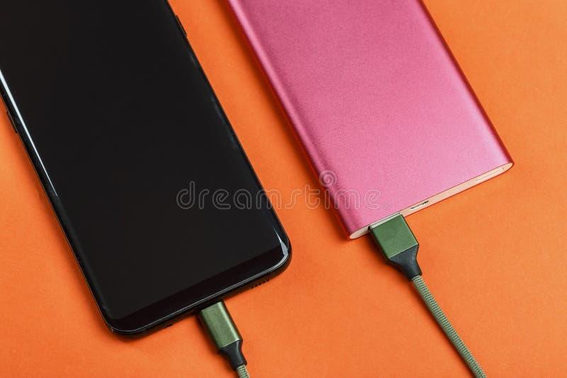 Le téléphone portable charge photo libre de droits