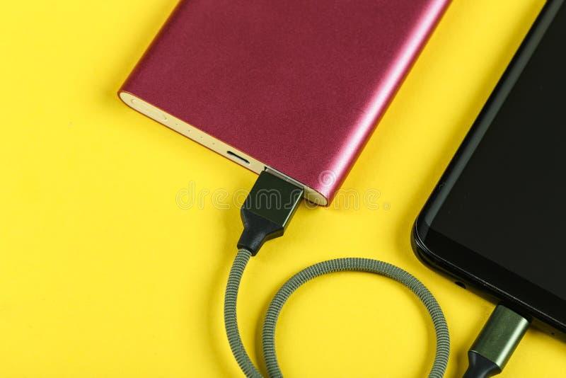 Le téléphone portable charge photographie stock libre de droits