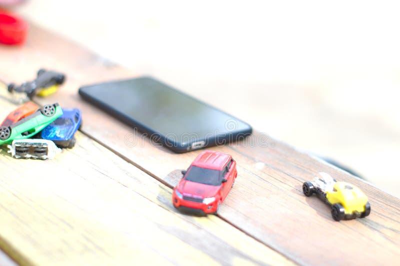 Le téléphone se trouve sur la table parmi les jouets photo stock