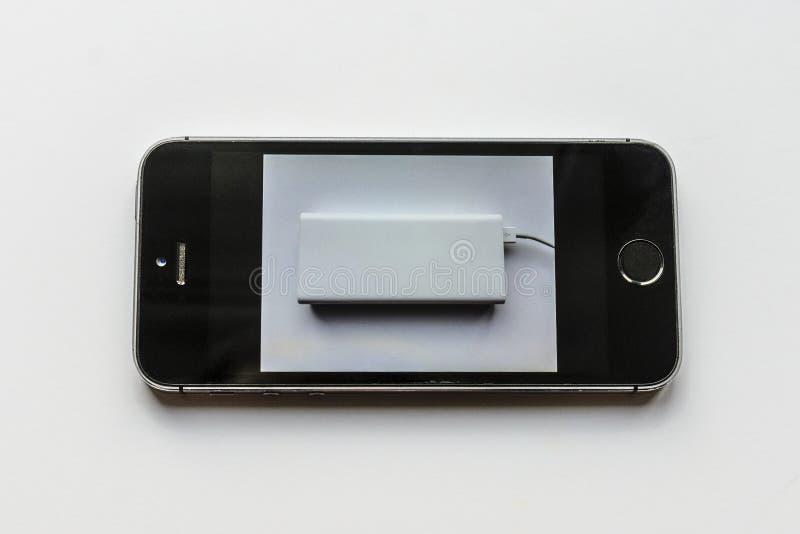 Le t?l?phone veut vraiment ?tre charg? de la banque de puissance photo libre de droits