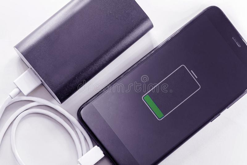 Le t?l?phone de Smartphone charge de la banque de puissance photos libres de droits