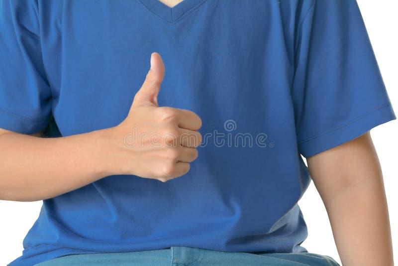 Le T-shirt bleu prennent la main avec le pouce d'isolement sur le fond blanc Signe CORRECT et comme le concept photographie stock libre de droits