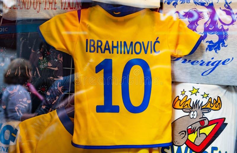 Le T-shirt des enfants jaunes photo stock