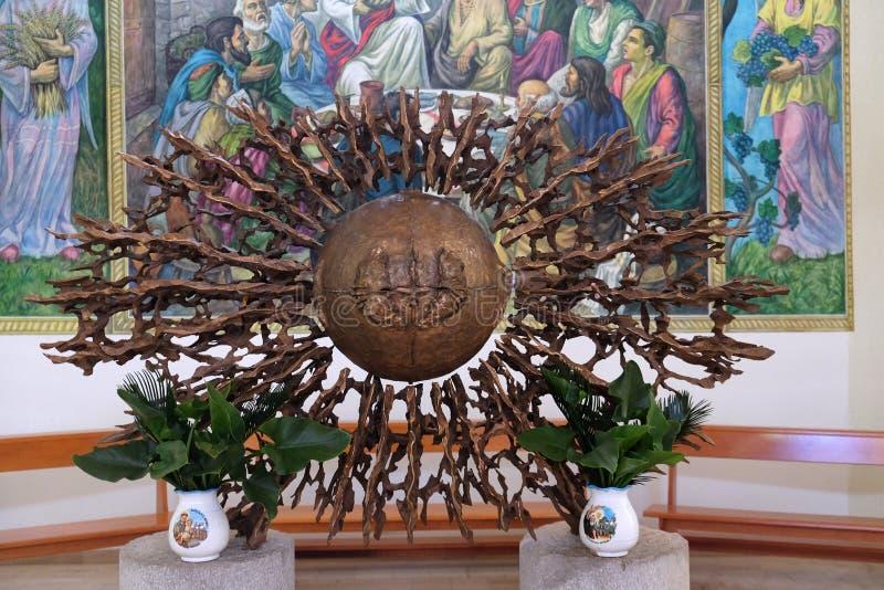 Le tabernacle sur l'autel principal de la cathédrale de Mère Teresa dans Vau i Dejes, Albanie photographie stock libre de droits