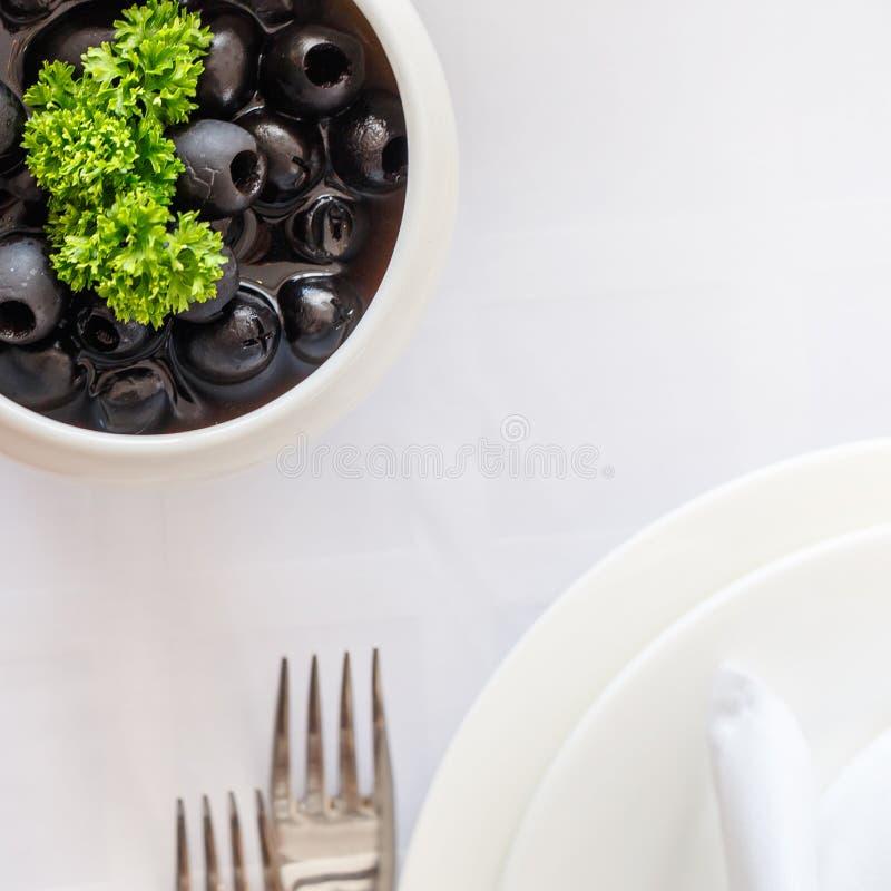 Le Tableau de banquet dans le restaurant a servi avec différents repas images libres de droits