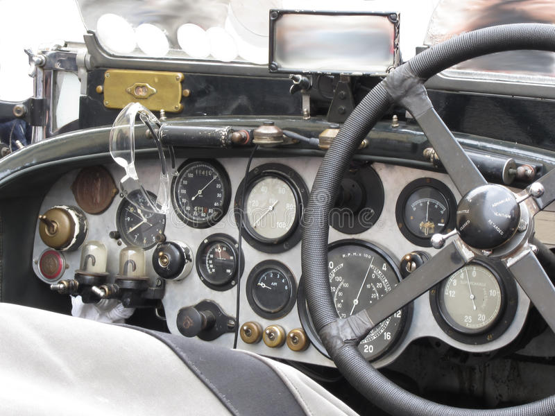 Le tableau de bord et volant dedans l'intérieur de la voiture de sport classique britannique d'isolement sur le fond blanc photos libres de droits