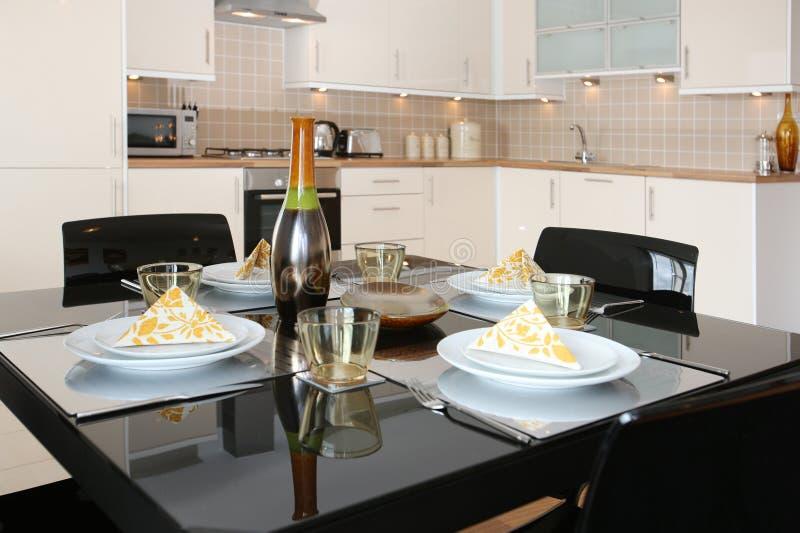 Le Tableau dinant dans moderne ouvrent l'appartement de plan photographie stock libre de droits