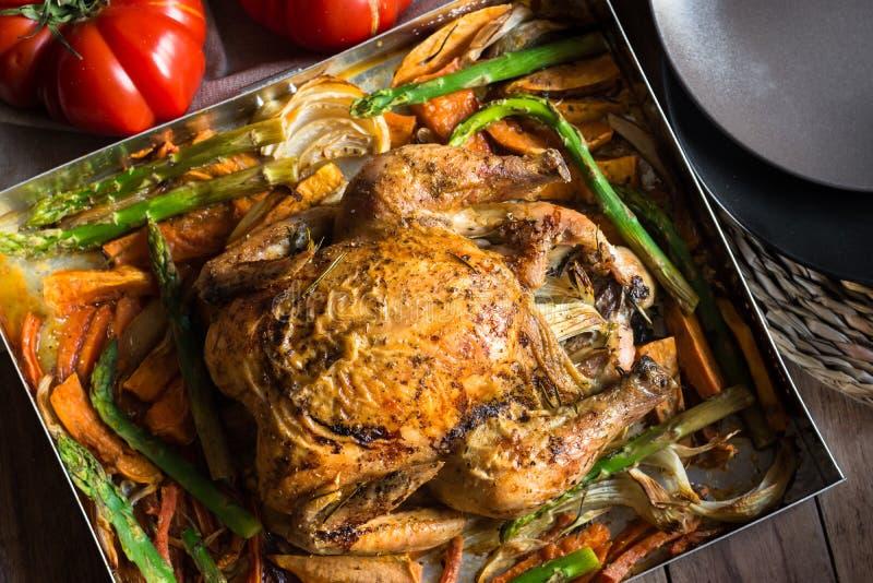 Le Tableau mis pour le dîner, maison cuite a rôti le poulet avec les patates douces de légumes, carottes, asperge, oignons photos libres de droits