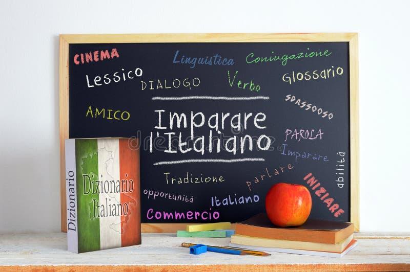 Le tableau noir dans une salle de classe de langue italienne avec le message APPRENNENT l'italien images stock