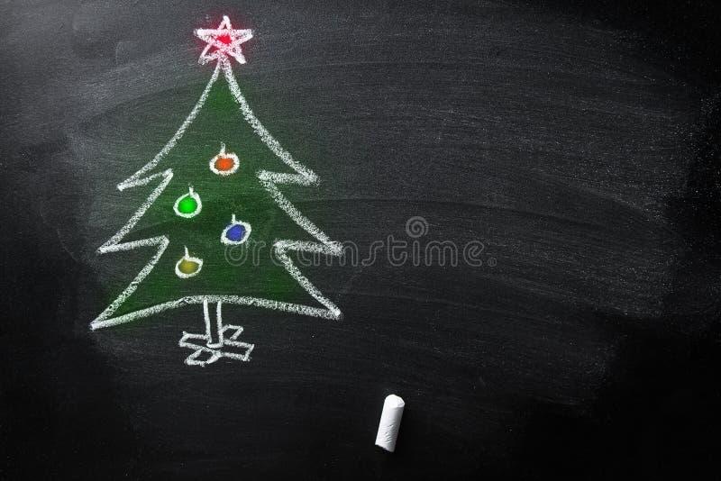 Le tableau noir tiré par la main de craie d'arbre de Noël de griffonnage badine le calibre de bannière d'affiche coloré par style photographie stock libre de droits