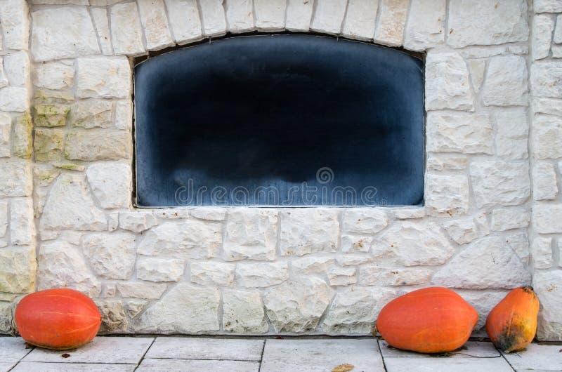 Le tableau noir vide dans le mur en pierre avec la craie a frotté, Advertisin photographie stock libre de droits
