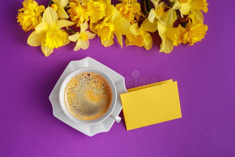 Le Tableau a placé avec la tasse de fleurs de café et de narcisse photos libres de droits