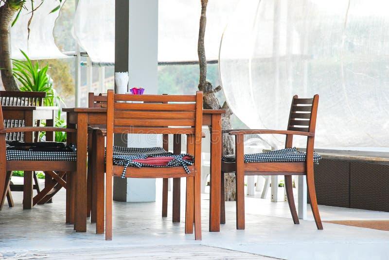 Le Tableau a placé pour le petit déjeuner au balcon pendant le matin photographie stock libre de droits