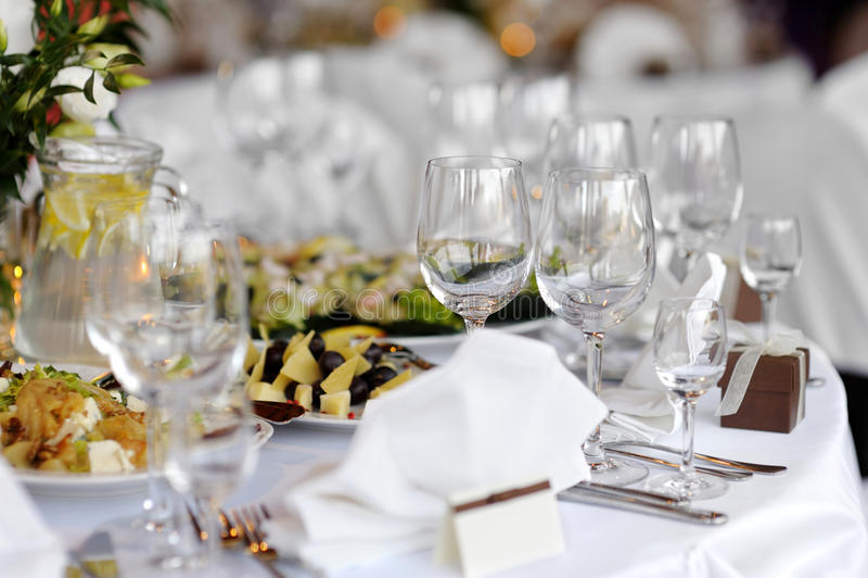 Le Tableau a placé pour une réception ou un dinne de fête photo stock