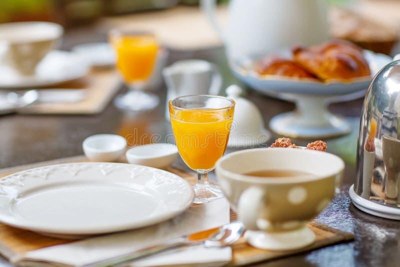 Le Tableau s'est étendu pour le petit déjeuner dehors avec du divers café de confitures, crois photos stock